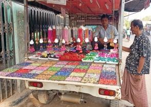 শিবগঞ্জে পিকাপে ভাসমান চুড়ি-ফিতার দোকান