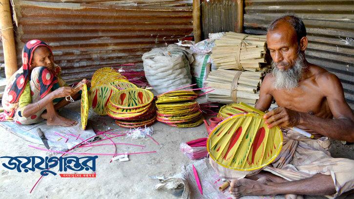 করোনায় 'ধুলো জমছে' বগুড়ার তালপাতার পাখায়